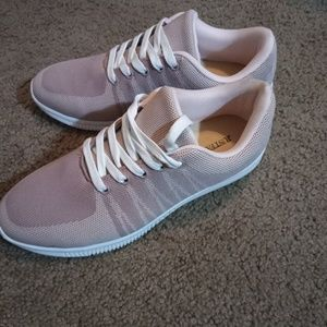 Size 9 Weekend Chill Sneakers